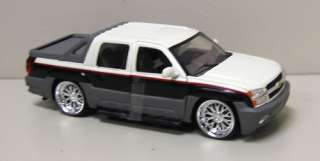 2002 Chevrolet Avalanche Diecast Model   Welly 124 b/w